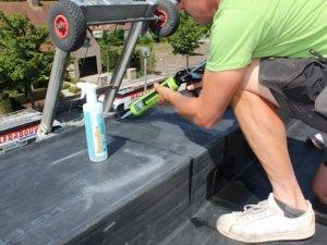 mężczyzna używający klej do gum i membran